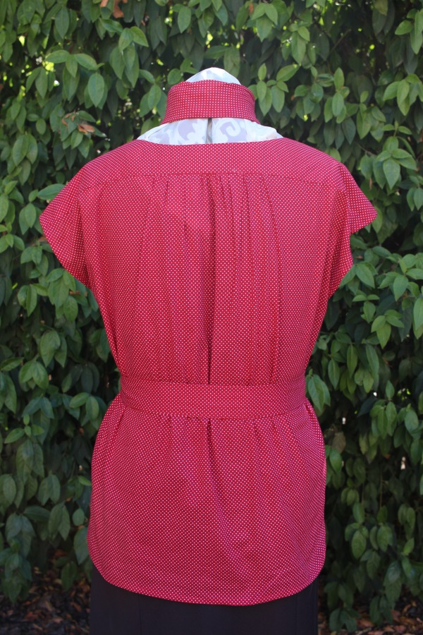 The back is gathered into the yoke, rather than pleated like the fton.